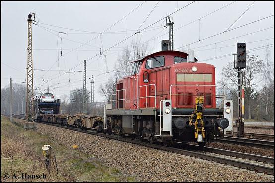 Die kurze Übergabe stellt für 294 668-9 wohl keine Mühe dar. Das Foto entstand am 18. Februar 2015 in Leipzig-Thekla