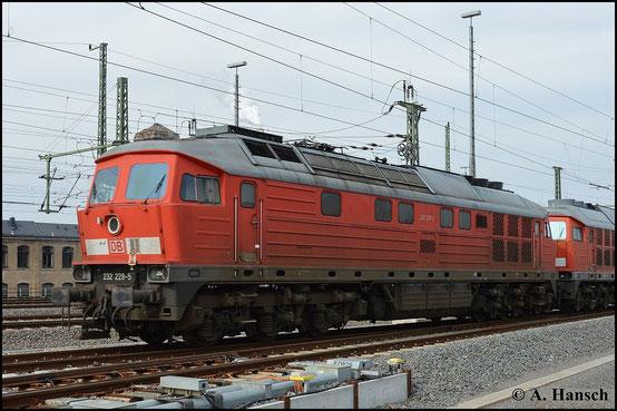 232 229-5 ist eine von fünf Maschinen der BR V300, die am 17. März 2015 vom AW Chemnitz, wo sie z-gestellt waren, nach Halle überführt wurden. Das Foto entstand in Chemnitz Hbf.