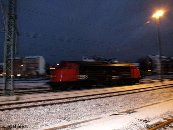 Leider im Dunkeln und deshalb nur als dokumentarisches Bild: 227 003-1 (My 1131 der Erfurter Bahnservice GmbH) durchfährt mit hohem Tempo am Abend des 26. November 2013 den Chemnitzer Hbf.