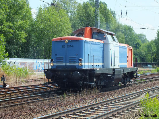 """212 297-6 gehört inzwischen der Rennsteigbahn. Am 16. Juli 2014 durchfährt die """"bunte"""" Maschine Leipzig-Thekla"""