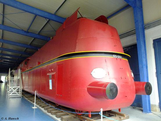 Im Fahrzeugmuseum Prora steht 03 002, hier fotografiert am 6. August 2012. Da viele Teile der 03 002 fehlen, entschloss man sich, die Lok im Stil der 03 193 (die damals einzige vollverkleidete 03) mit Stromlinienverkleidung zu versehen.