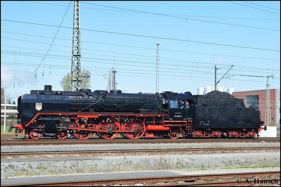 Die Seitenaufnahme der Lok zeigt die enorme Loklänge der Altbau 01er
