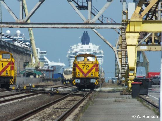 345 372-7 (MEG 72) steht am 22. Juli 2014 neben ihrer Schwester 345 371-9 (MEG 71) in Rostock Seehafen