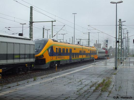 Am 29. Juni 2014 wird dieser Triebwagen vom Typ PESA Link II von 112 708-3 überführt. Bei starkem Regen verlässt das Gespann gerade Chemnitz Hbf.
