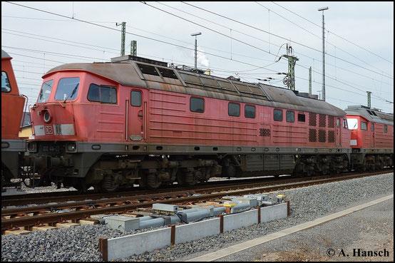 232 414-3 ist eine von fünf Maschinen der BR V300, die am 17. März 2015 vom AW Chemnitz, wo sie z-gestellt waren, nach Halle überführt wurden. Nächste Station ist der Schneidbrenner. Das Foto entstand in Chemnitz Hbf.