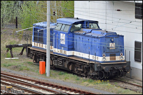 202 098-0 (AHG Lok 1) steht am 25. April 2015 am Stellwerk W24 in Cottbus am Hbf.