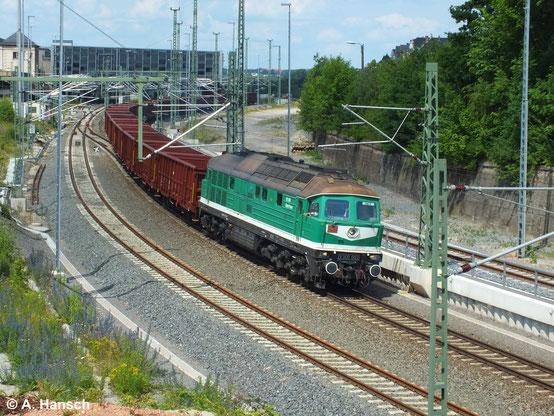 Seit die grünen ex-Wismut-Russen auch auf dem Streckennetz der DB zugelassen sind, sind Bilder wie dieses hier möglich. 232 405-1 (SBW V300 002) verlässt mit Ganzzug aus neuen offenen Güterwagen Chemnitz Hbf. gen Zwickau