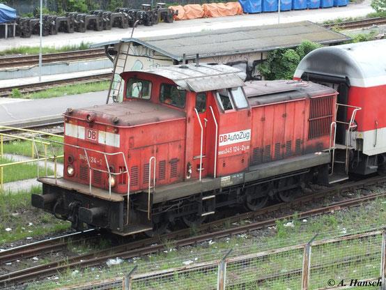 """Am Bahnhof Berlin Warschauer Straße kann man mit etwas Glück eine V60 beim Rangieren beobachten. Hier ist 345 124-2 von DB AutoZug am 5. Mai 2012 bei der Arbeit zu sehen. Die Lok trägt den Namen """"Ernie"""". Auch """"Bert"""" (345 064) ist bei DB Autozug im Einsatz"""