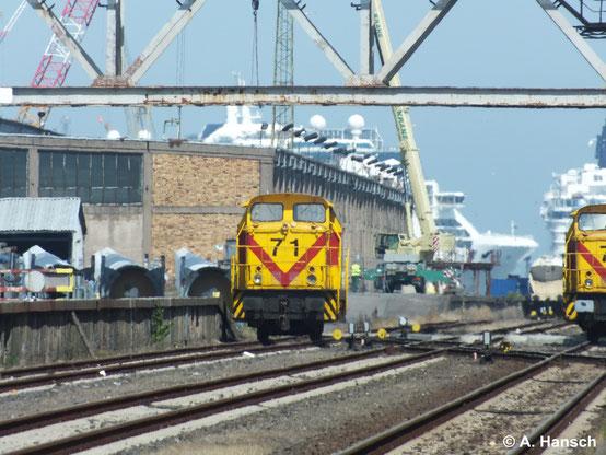345 371-9 (MEG 71)  ruht sich am 22. Juli 2014 bei bestem Wetter am Seehafen in Rostock aus. Daneben ist Schwesterlok 345 372-7 (MEG 72) zu sehen