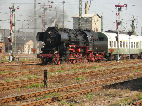 Am 23. April 2011 fuhr ein Sonderzug von Nossen nach Falkenstein. Hier fährt der Zug gerade in Chemnitz Hbf. ein. Zu diesem Zeitpunkt standen noch die Formsignale, die das Bild passend abrunden