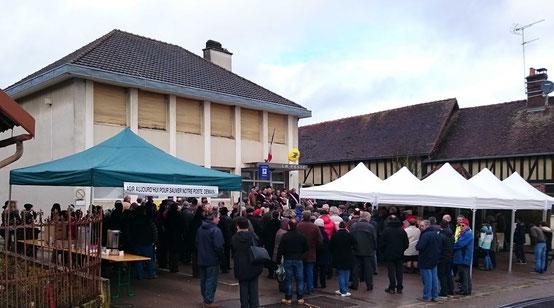 En raison de la pluie, les oraganisteurs avaient dressés des stands et offraient un café bien chaud...