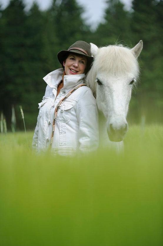 Ein Geschenk des Himmels - das sind Pferde mit ihrer Sensibilität für mich. Sie geben mir Kraft und - Flügel.....