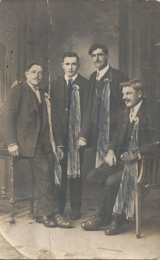 Platter Kirtagsburschen (Aufnahmedatum: ca. 1920 - 1923), von links: Franz Winalek (*1901), Johann Radl (*1902), Franz Gebhart (*1901), unbekannt