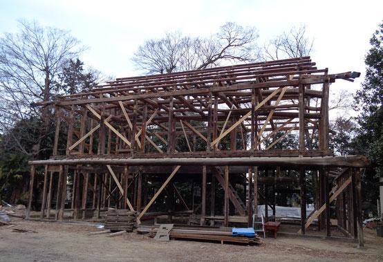 土葺きの瓦とその下の杉皮と木小舞、そして垂木を取り去った後の美しい軸組み