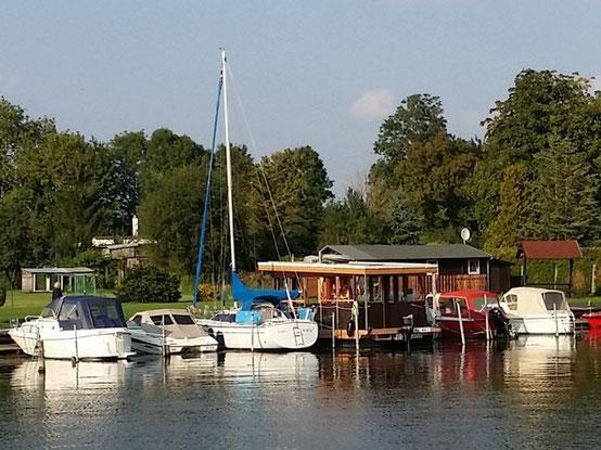 Hafen Neukalen Hausboot Floß Boot mieten Verleih Mecklenburg Seenplatte Peene