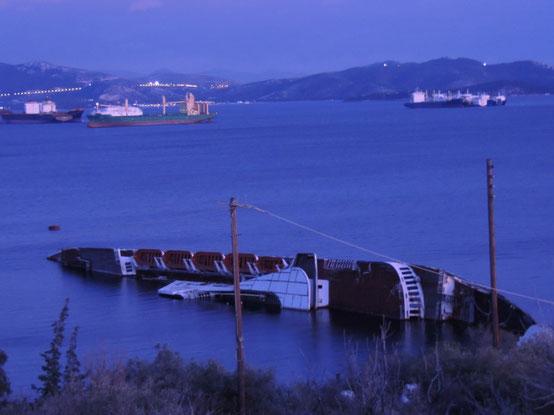Die Straße führt an einem Schiffswrack vorbei. Das gibt Staunen!