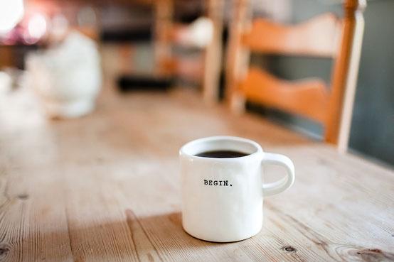 """Symbolbild: Tasse mit Schriftzug """"Begin"""""""