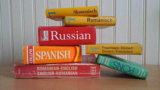 Symbolbild für Übersetzungen: ein Stapel Wörterbücher