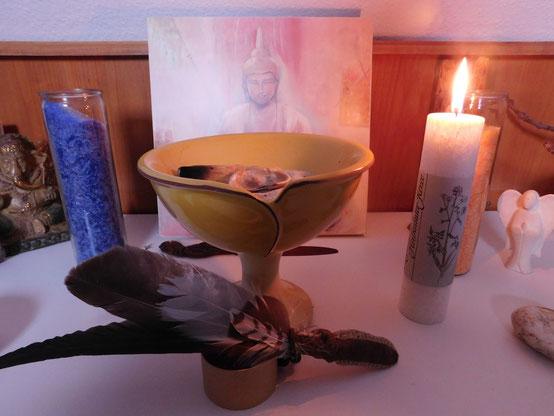 """Kleiner Räucheraltar mit Heilkräuterkerze """"Schutzengel"""" aus dem Allgäu und sog. Palm Light Chakren Kerzen"""