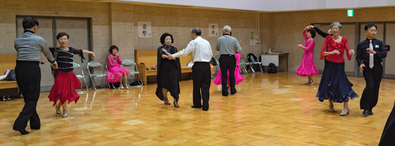 ダンス会場ところ狭しと踊る