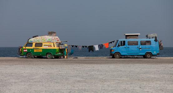 Unser Büssli und sein grüner Kumpel Fidel am Strand von Musandam.
