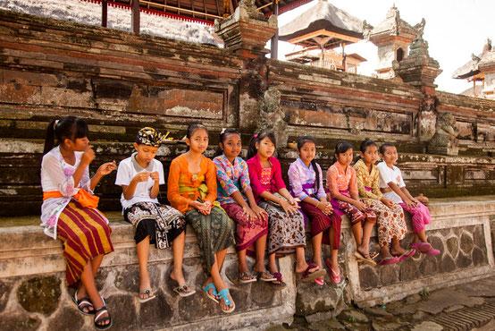 Balinesische Kinder vor einer buddhistischen Tempelanlage in Ubud.