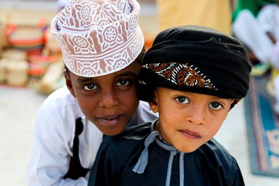 Omanische Kinder am Muscat Festival.