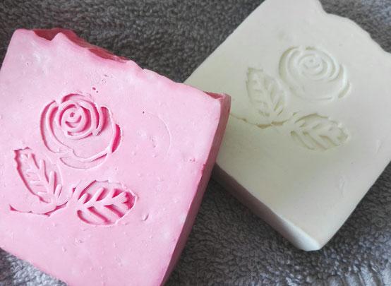 Edle, nach blumiger Rose riechende Seife mit attraktivem Rosenstempel