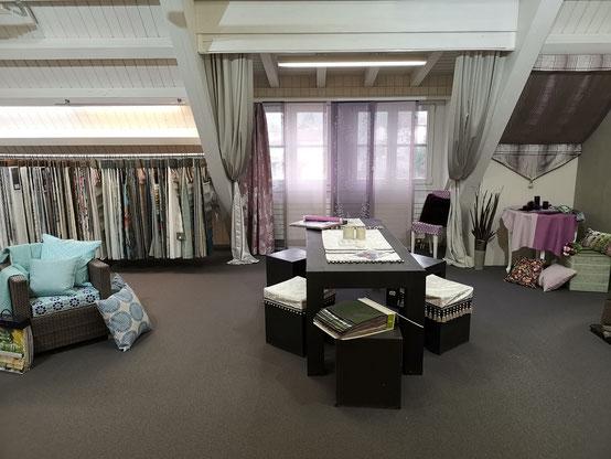 ....auf mehr als 450 m2 finden unsere Kunden rund 4'500 Vorhangstoffe, ca. 350 verschieden Lamellen, Plissées etc...