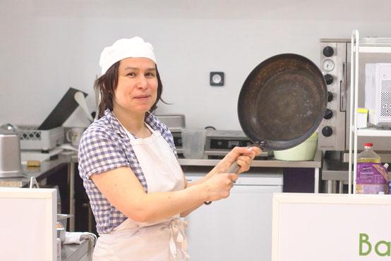 La cuisine à l'étage, avec la cuisinière qui se prend pour Raiponce mais sans les cheveux
