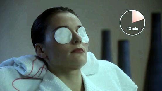 Mettere i dischetti di cotone sugli occhi e lasciarli agire 10 minuti