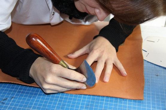 """Découpe du cuir tannage végétal à l'aide d'un couteau de sellier appelé également """"couteau à pied demi lune"""""""