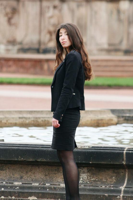 Carmen Schubert schwarzer Blazer schwarzer Bleistiftrock elgegantes Outfit von Orsay rote Sohlen chickes Outfit Modeblog