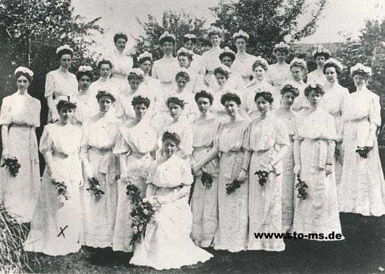 Die 30 Ehrenjungfrauen - Mitte vorn: Bertha Jungeblodt mit Blumengebinde