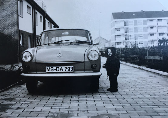 Markus 1969 mit Familienauto in Coerde