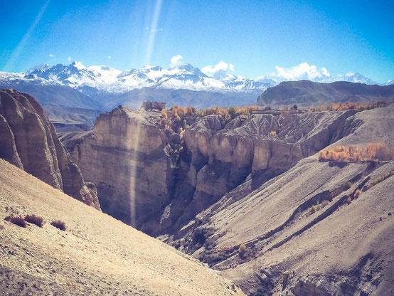Bizarre Landschaften - Blick auf das Dorf Charang