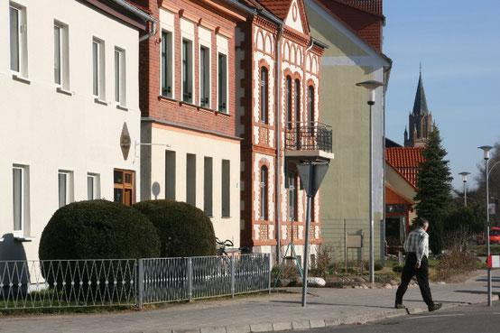 Nur noch wenig blieb von Albaubestand des 20. Jahrhunderts in der Rostocker Straße erhalten. Mein Geburtshaus aber steht besser als als je zuvor, das mit dem Balkon.