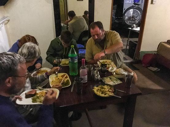 Kudusteak mit Pasta, Salat und Erbsen: Alle helfen mit und allen schmeckts!