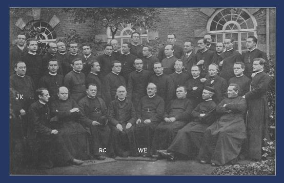 Rolduc Onderwijsinrichting - Priesterleraren rond directeur W. Everts (WE). JK is Joseph Keuller en RC is Reinier Corten.