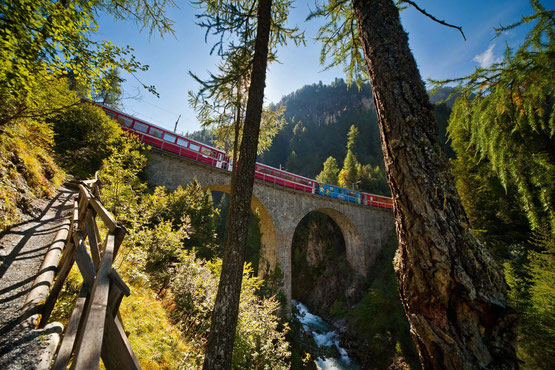 Wanderreise ohne Gepäck im Welterbe Räthische Bahn: Via Albula und Bernina