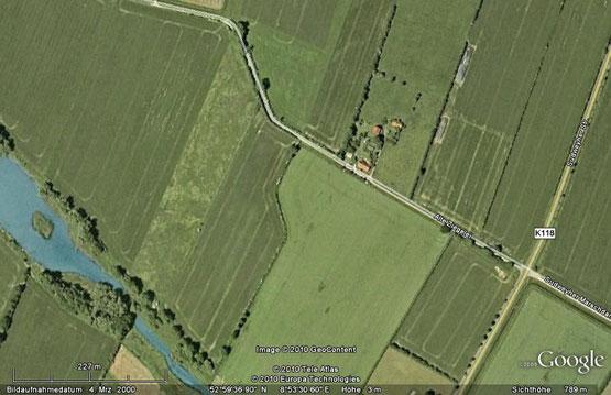 Das Google-Satellitenbild zeigt die Lage der Restgebäude in der Marsch. Links unten liegt der Kirchweyher See
