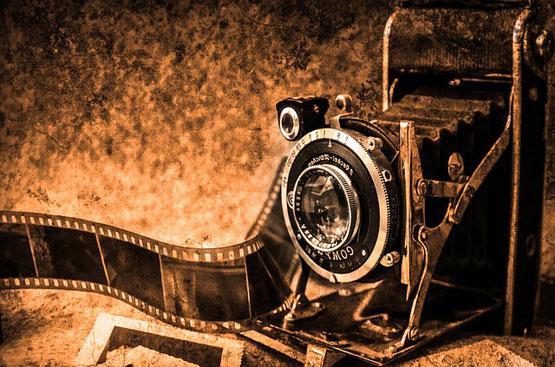 "Berühmte Fotografen und Fotografinnen im grossen ""Scroll of Fame"""