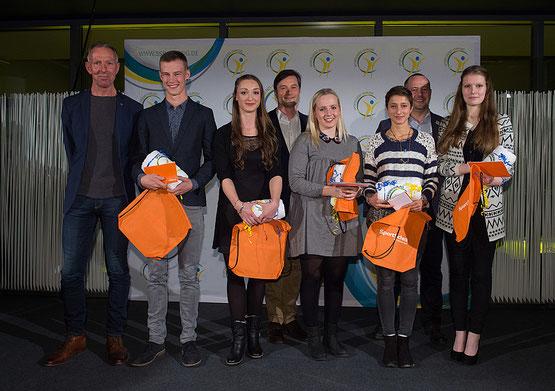 """Lisa-Marie (ganz rechts) nimmt die Auszeichnung """"Jugend im Ehrenamt"""" von Jens Lehmann, Heiko Rosenthal und Moderator Martin Lobst entgegen"""