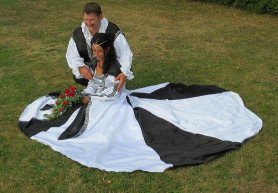 Mittelalter,Gothic,Fantasie, Brautkleid in Maßanfertigung,  schwarz - weiß, Satin. Gewandschneiderei Mittelalter - Fashion.
