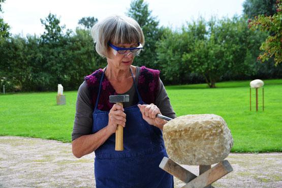 Gudrun Wolff-Scheel bei der Arbeit