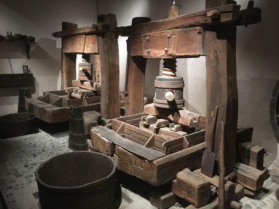 Les pressoirs à vis centrale et à cabestan se sont développés en Alsace à partir du XVème siècle.