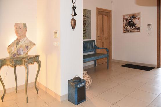 Der großzügige Eingangsbereich führt direkt in den Wohnbereich ...
