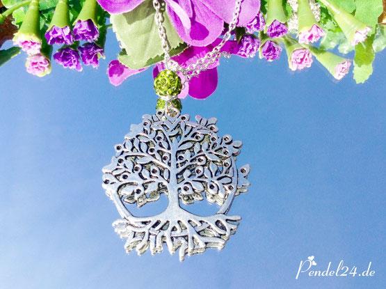 Amulett Baum des Lebens versilbert, Kette versilbert, StrassTonperle moosgrün, Magnetverschluss,