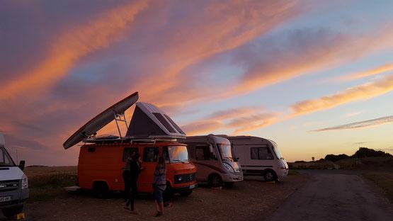 Heimatlicher Plausch vor brennendem Himmel...dat is Camping!!