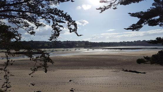 Die Boote liegen bei Ebbe im Sand, als hätte ein Riese sie dahin gekegelt.